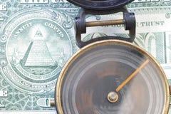 Richtung u. spinnender Kompaß US-Dollars 3485 des $-, Ein Dollarschein Stockbild