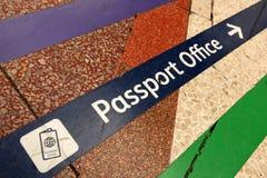 In Richtung zum Passamt Stockbilder