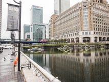 In Richtung zum Steg nach West-Indien Quay, Docklands, Lo Ost- schauen Lizenzfreie Stockfotos