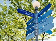 Richtungen an der Brooklyn-Brücken-Promenade Stockbild