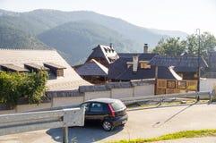 Richtungen zu Kusturica Drvengrad, Serbien stockbilder