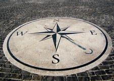 Richtungskarte im Stein Stockbilder