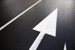 Richtungspfeile auf der Straße Stockbild