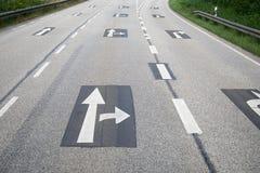 Richtungspfeile unterzeichnen Druckleere Landstraßenautobahn des asphalts Lizenzfreies Stockfoto