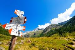 Richtungswegweiser im Berg - italienische Alpen Lizenzfreie Stockbilder