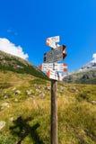 Richtungswegweiser im Berg - italienische Alpen Stockfoto