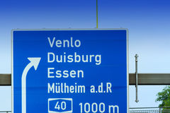 Richtungszeichen auf der Autobahn A 3 Stockbild