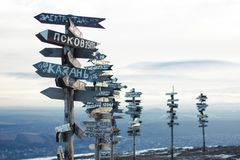 Richtungszeichen auf die Oberseite des Berges Lizenzfreies Stockfoto