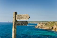 Richtungszeichen auf einem Küstenweg Stockbilder