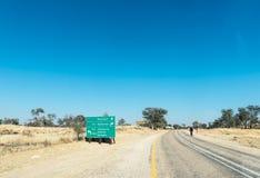 Richtungszeichen auf R360-road nähern sich Kreuzung mit R31-road Stockfoto