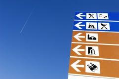 Richtungszeichen mit Symbolen Stockfotos