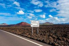 Richtungszeichen zu den lokalen Marksteinen auf Lanzarote Stockfotos