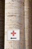 Richtungszeichen zu den medizinischen Teildiensten Stockbild