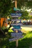 Richtungszeichenpfosten im Cocos Cay Stockbild