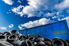 Riciclaggio affare, contenitore e delle gomme Fotografia Stock Libera da Diritti