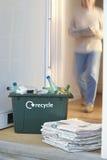 Riciclaggio contenitore e del mucchio delle carte straccie Fotografia Stock