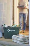 Riciclaggio contenitore e del mucchio delle carte straccie Fotografie Stock