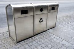 Riciclaggio dei bidoni della spazzatura sulla via Immagini Stock Libere da Diritti