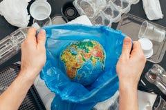 Riciclaggio dei rifiuti di plastica di ecologia di risparmio del pianeta immagini stock libere da diritti
