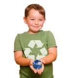 Riciclaggio del concetto con il bambino che tiene la terra Fotografia Stock