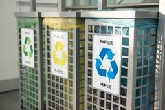 Riciclaggio del concetto recipienti per immondizia differente Concetto della gestione dei rifiuti Segregazione residua Separazion fotografia stock libera da diritti
