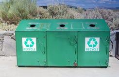 Riciclaggio del concetto: Una pattumiera di riciclaggio separata disposta si batte Fotografia Stock