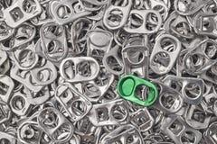 Riciclaggio del fondo di alluminio con i pezzi della tirata-linguetta Metallico era Fotografie Stock