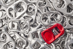 Riciclaggio del fondo di alluminio con i pezzi della tirata-linguetta Metallico era Fotografia Stock
