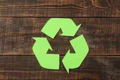 Riciclaggio del segno su una tavola di legno marrone Vista da sopra Concetto di Eco immagini stock libere da diritti