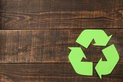 Riciclaggio del segno su una tavola di legno marrone Vista da sopra Concetto di Eco fotografia stock