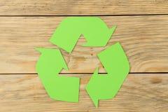 Riciclaggio del segno su una tavola di legno naturale Vista da sopra Concetto di Eco immagini stock libere da diritti