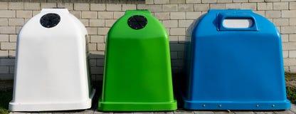 Riciclaggio dell'industria Contenitori di riciclaggio moderni Recipienti dei rifiuti dentro Fotografia Stock