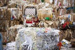 Riciclaggio della raccolta dei rifiuti Un impilamento enorme della carta ed imballare smontato Immagine Stock
