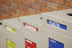 Riciclaggio della stazione dei rifiuti per plastica, alluminio e carta Fotografia Stock