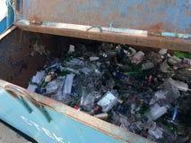 Riciclaggio dello spreco secondario Bottiglie di vetro, tagliate per elaborare immagini stock libere da diritti