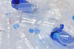 Riciclaggio di plastica della bottiglia di acqua Immagini Stock
