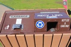 Riciclaggio e bidone della spazzatura immagine stock libera da diritti