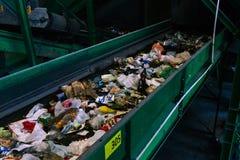 Riciclaggio e separazione dei rifiuti domestici Distribuzione dalle frazioni, plastica, vetro, cartone, polietilene, ferro ordina fotografia stock