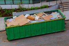 Riciclaggio ecologia e dell'ambiente dei rifiuti del contenitore immagini stock libere da diritti