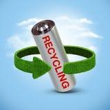 Riciclaggio le batterie e degli accumulatori Concetto con le frecce verdi dall'erba Riciclaggio del concetto Fotografia Stock