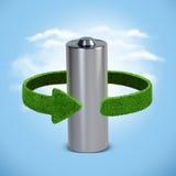 Riciclaggio le batterie e degli accumulatori Concetto con le frecce verdi dall'erba Riciclaggio del concetto Fotografia Stock Libera da Diritti