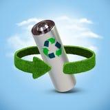 Riciclaggio le batterie e degli accumulatori Concetto con le frecce verdi dall'erba Riciclaggio del concetto Fotografie Stock