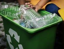 Riciclando il risparmio di plastica dell'ambiente riduca il ciarpame Immagini Stock