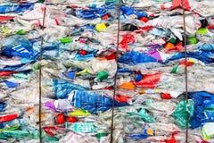 Riciclando la plastica e conservi la terra fotografie stock