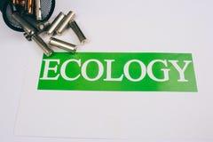 Riciclando, la riutilizzazione, riduce il concetto Riciclaggio dello spreco elettrico Carta con ecologia di parola vicino alle ba immagine stock