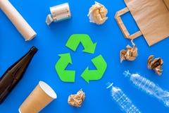 Riciclando per l'ambiente protegge Il verde ricicla il simbolo di eco Le frecce riciclate firmano vicino ai matherials per ricicl fotografia stock
