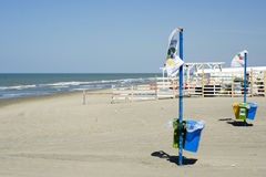 Riciclando sulla spiaggia Fotografie Stock Libere da Diritti