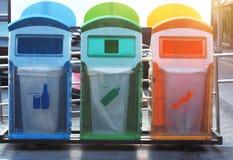 Ricicli i recipienti ai luoghi pubblici immagini stock