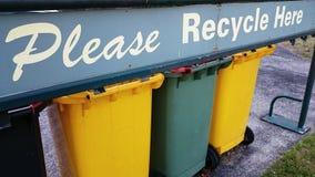 Ricicli i recipienti dei rifiuti Immagini Stock