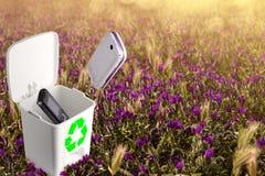 Ricicli i vecchi telefoni e gli smartphones non funzionano Fotografie Stock